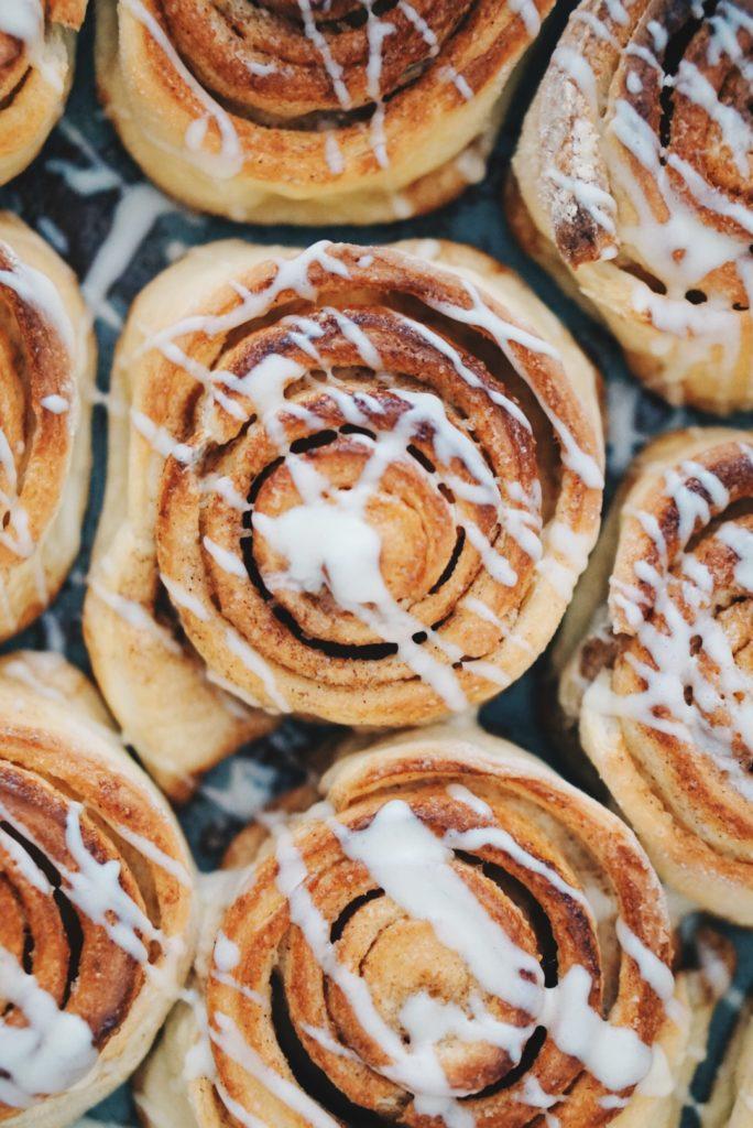 """Super leckere Zimtschnecken die dem amerikanischen """"Cinnabon Rolls"""" nachempfunden sind."""